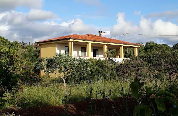 La Casa Gialla, immersa nel verde.
