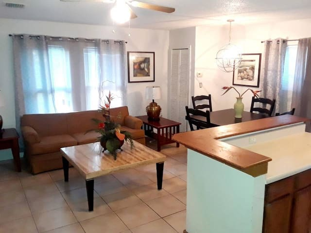 Private, Cozy & Comfy Retreat Minutes from Disney.
