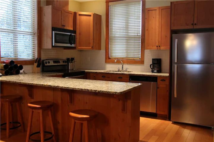 Pet friendly condo with private hot tub, kitchen, access to pool & BBQ, 5min walk to ski lifts: T629 - Timberline Lodges - 629 Juniper