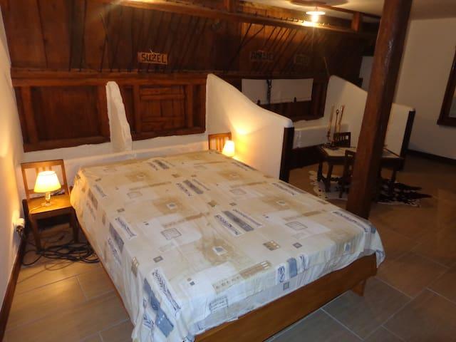 Chambre parentale dans l'ancienne étable, 28m² possible 2 lits suppl.