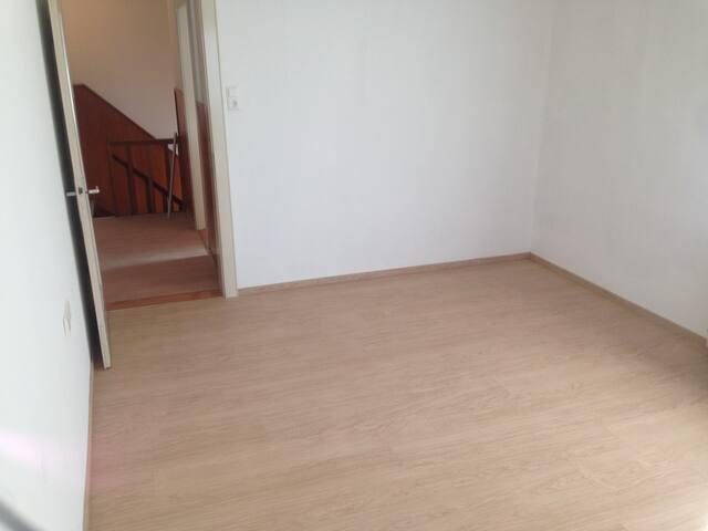 Vermiete 2 Zimmer (38Qm) in Hausgemeinschaft.