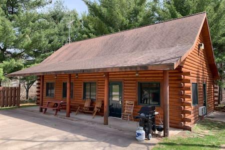 Dilly's Hatfield Resort Cabin (On Lake Arbutus)