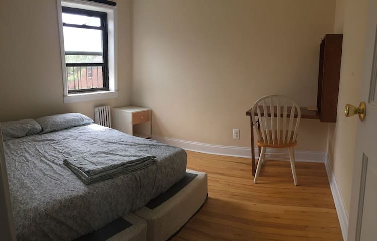 Cozy Astoria Room in 2br Apartment- Artists Space