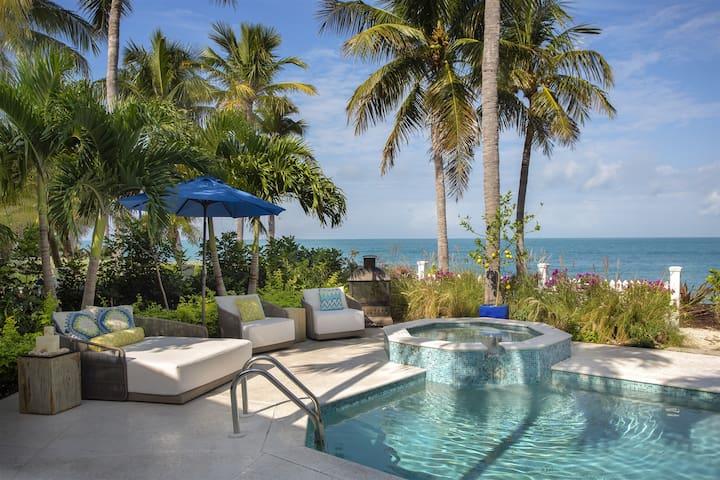 Island Retreat: Luxurious Tropical Oasis near Key West, right on the BEACH