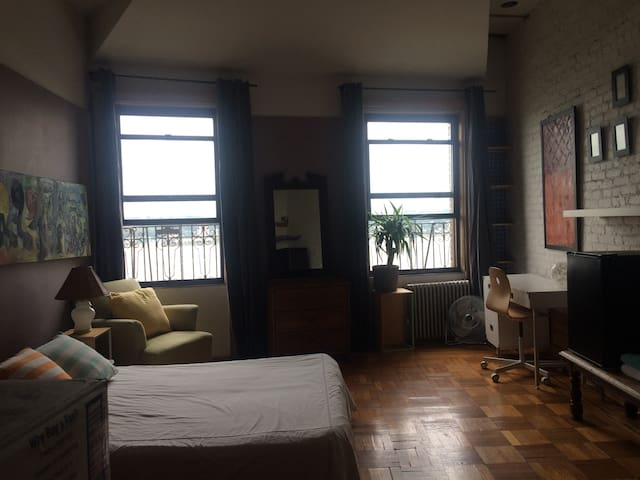 Private Uptown Room—Clean, Spacious, River View!