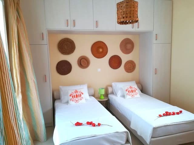 The two single beds can be joined into a king size bed.