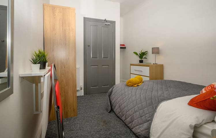 Bright, clean & convenient for the town centre