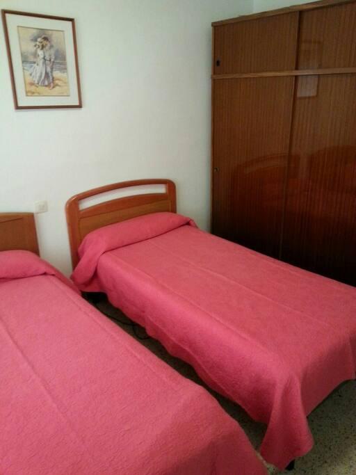 Chambre avec deux lits et placard / habitacion con dos cama Y armario