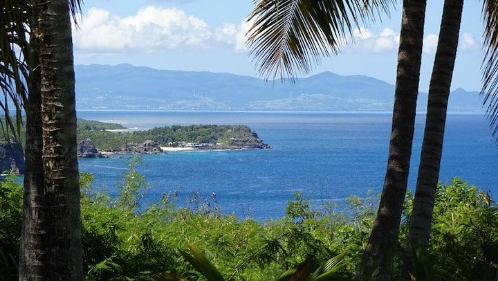 Lodge dans parc fleuri avec piscine et vue sur mer