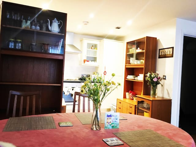 Spacious room with private bath, access to parking - Stretford - Daire