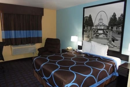 ♦♦♦ Touching Quadruple Two Queen Beds At East St. Louis ♦♦♦