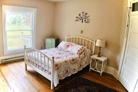 Charming Ella Jennings Full Bed in Historic LRCBnB