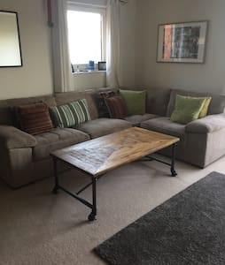 Modern 2 bedroom flat with a balcony and view - Cardiff