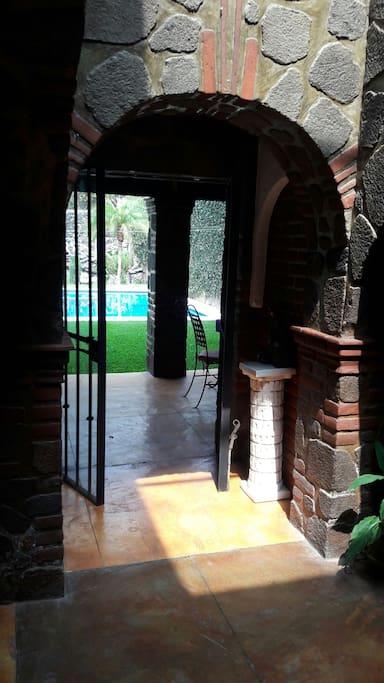 La vista a la piscina desde el interior de la casa