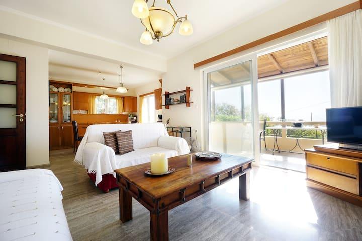 * 3BD, sea view & fireplace, 3 min to beach!