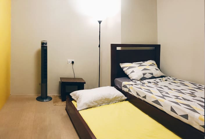 Bedroom 2 (Single bed with pullout bed)