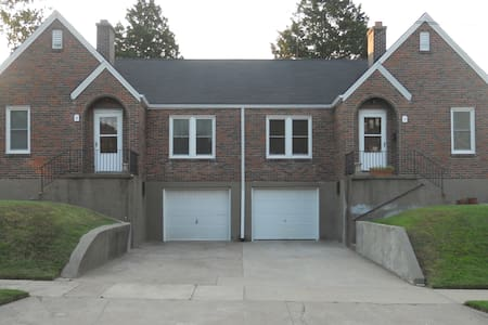 Private room by campus and downtown - Cape Girardeau - Hus
