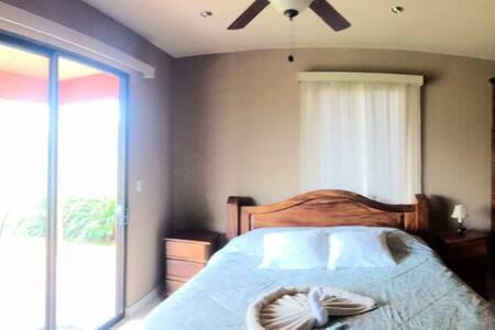 Habitación con cama king, Tv y baño privado