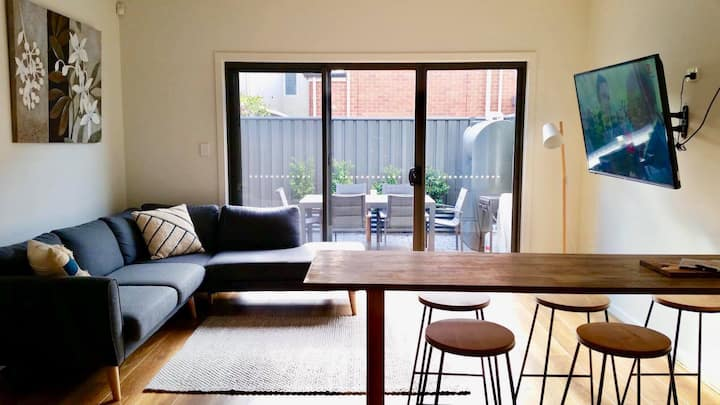 2 bedroom, new townhouse edge of CBD with parking