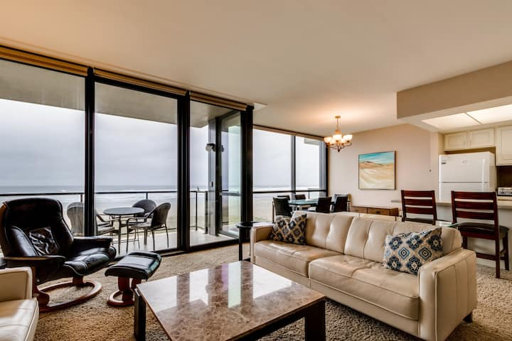 Elegant oceanfront condo w/ balcony & ocean views - steps to the beach!
