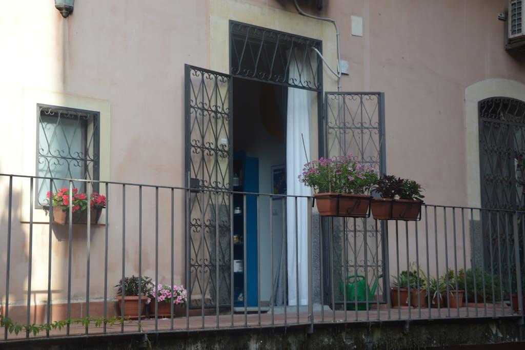 la porta d'ingresso sulla balconata