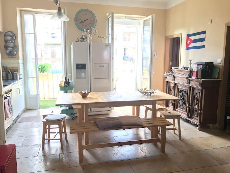 salle à manger donnant sur balcon, double vitrage, cafetière électrique moulin à grain, réfrigérateur américain