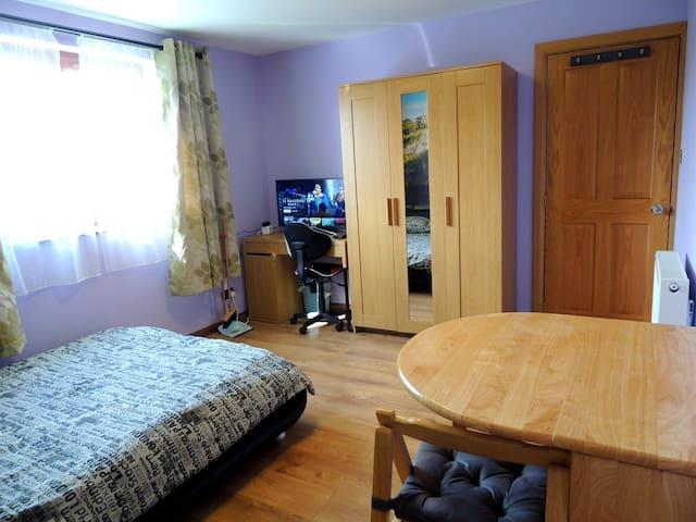Double bedroom, free parking, netflix,