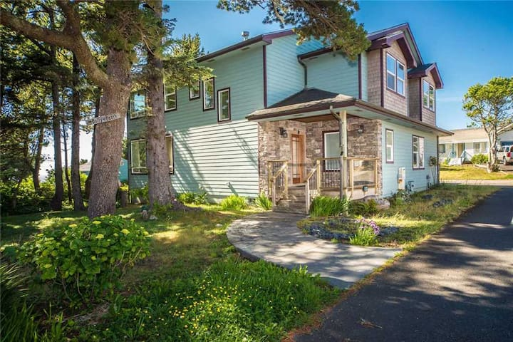 Lighthouse View - Gorgeous North Newport Home Overlooks Yaquina Lighthouse!
