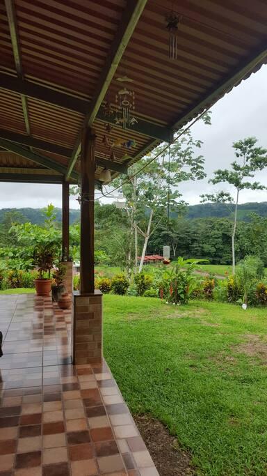 Tiene jardines  de flores  y más de 50 tipos de  árboles frutales.