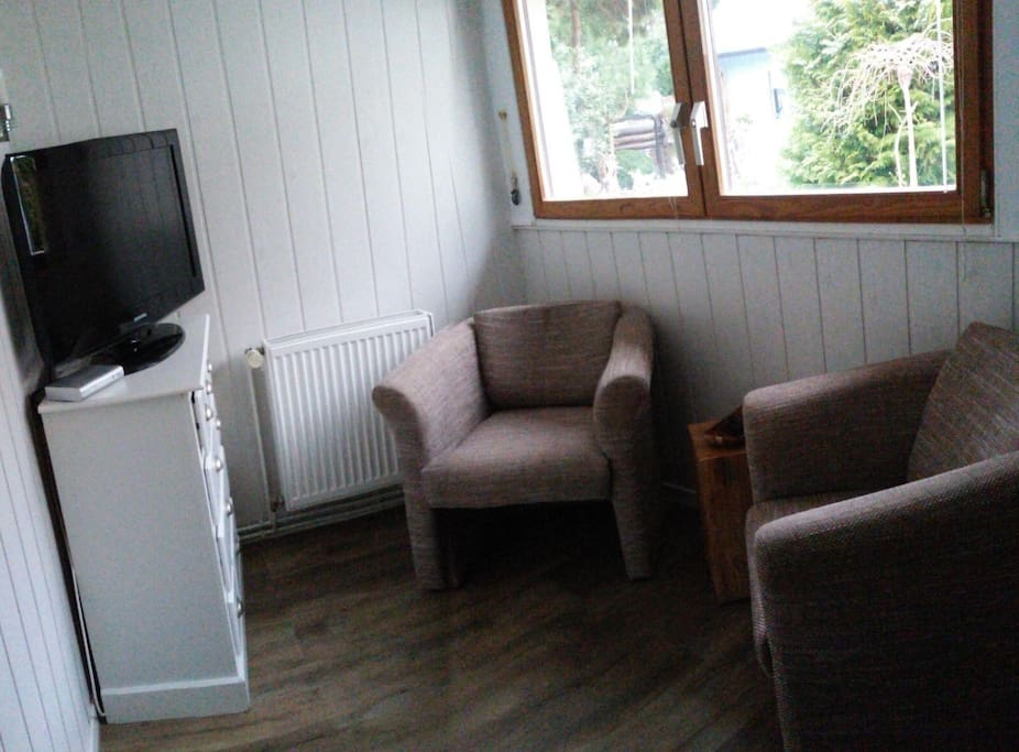 beheizbarer Wohnraum mit 2 Polstersesseln