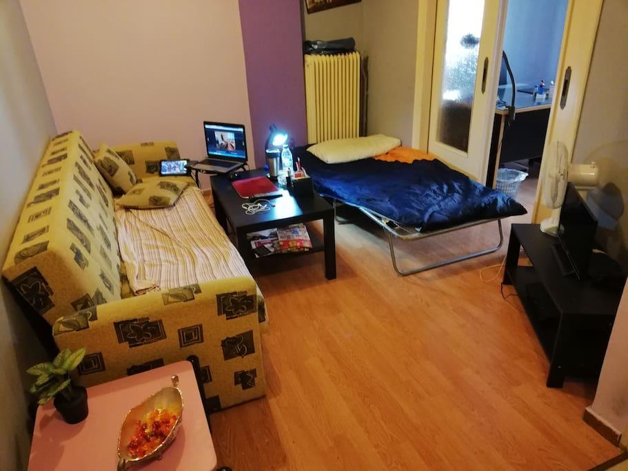 1ο Δωματιο με 2 κρεβατια & τραπεζια & tv