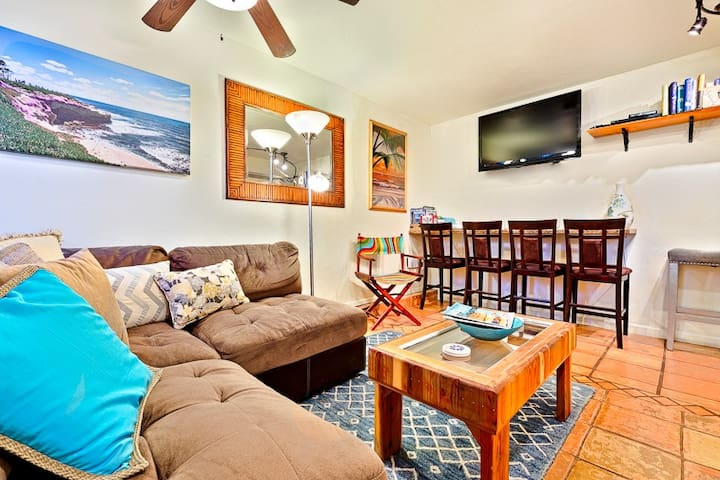 Condo just steps to Beach with  Hot Tub, Private Patio & BBQ