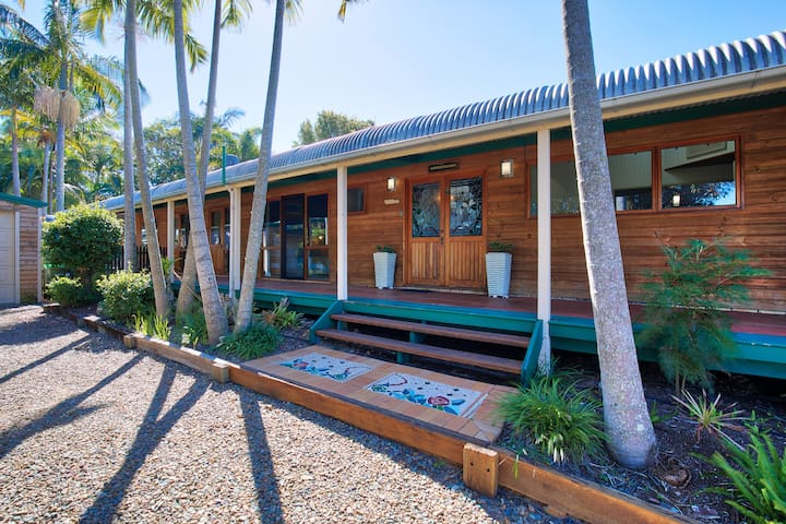 This Beach house is located in an elevated position & features a wrap around veranda, perfect to catch the sweeping ocean breezes