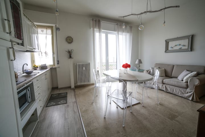 Large three-room apartment in front of the sea
