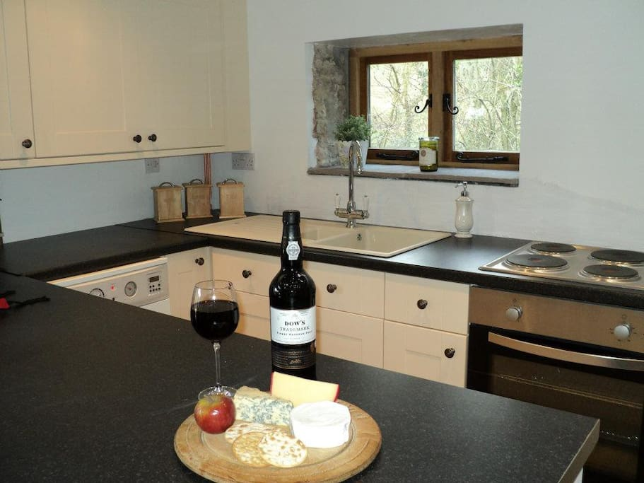 Well equipped kitchen and breakfast bar