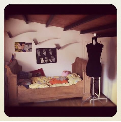 confortable room in a beautiful house with garden