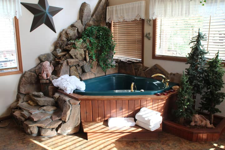Love Nest-Cabin on River w/king bed & 5x5 jet tub