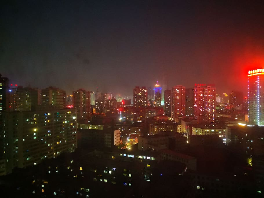 俯瞰窗外夜色,万家灯火