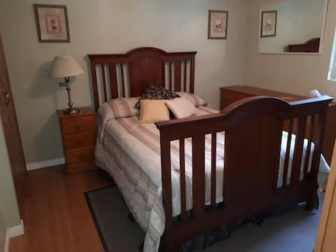 Lovely Room in Clean, Quiet Home with Shared Pool.