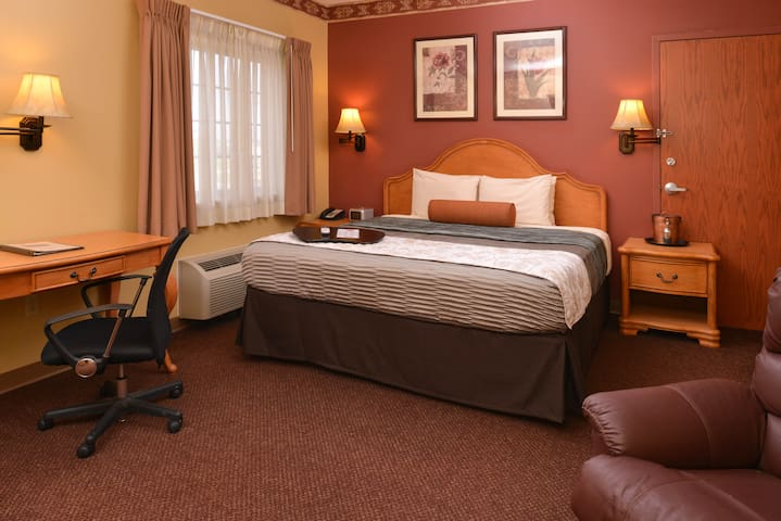 Family Owned Hotel, 1 King Suite @ Country Hearth