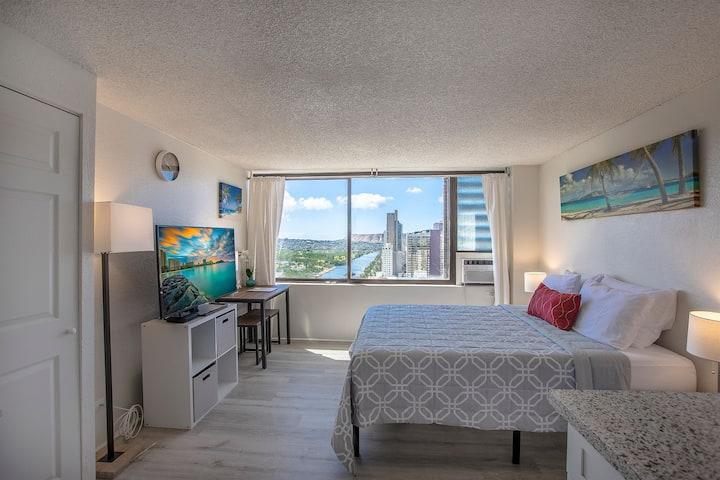 Cozy Waikiki Studio with Ocean & Mountain Views