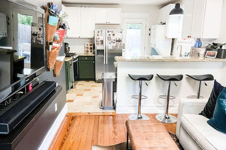 Little Green Bungalow - Walk to Sixth or Rainey!