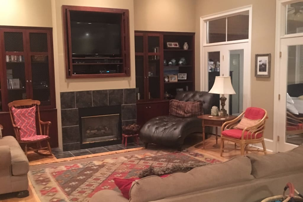 Open living area w/ gas fireplace