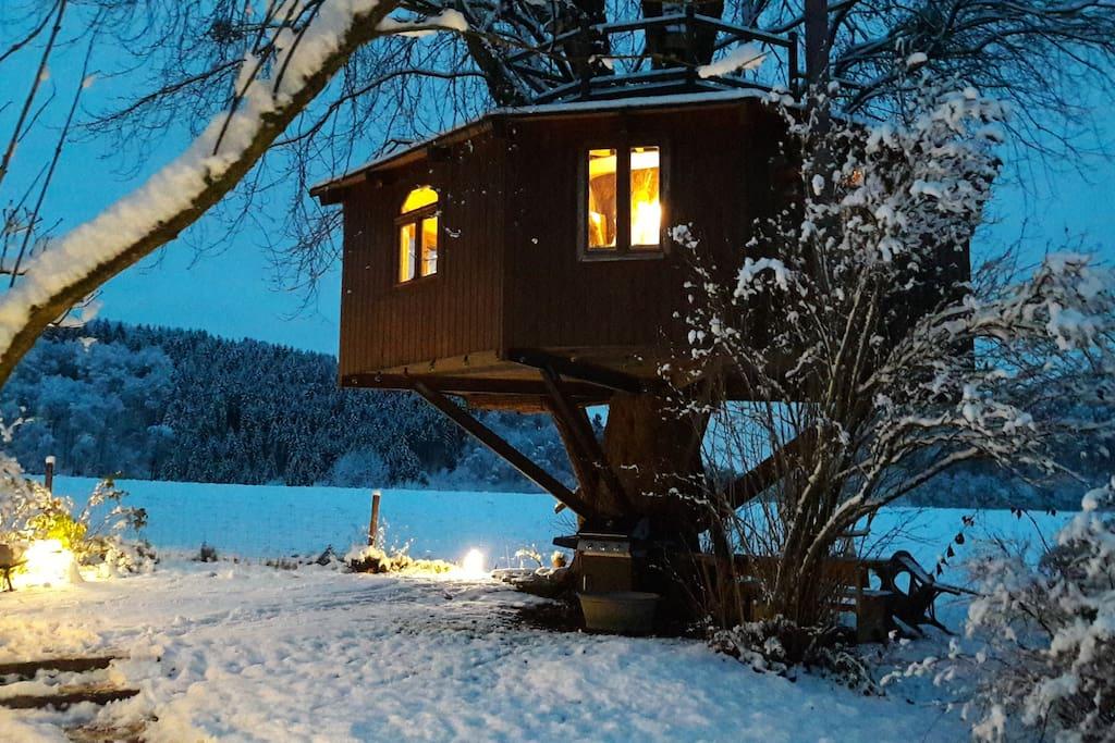 Baumhaus im Winter
