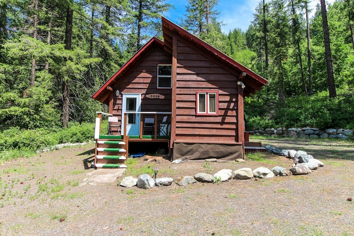 Cozy & rustic cabin in the woods - close to hiking & Leavenworth, 2 dogs OK!