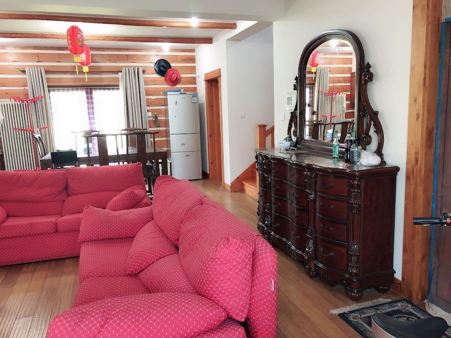 优雅舒适客厅、餐厅以及通向二楼的楼梯