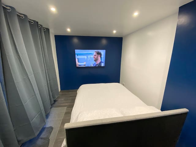 "Private Entrance, En-suite & 55"" TV🚾🅿️📺🚿 CAE/Amex"