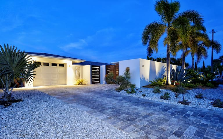Siesta Key Oasis - Spectacular heated pool/spa