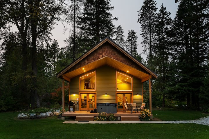New Listing! Beautiful chalet with hot tub, WiFi, and more- Nature Acres-1 Bedroom, 2 Bathroom