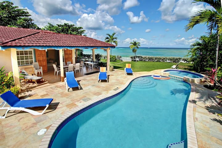 BEACHFRONT VILLAS! STAFFED, SWIMMING POOL, RUNAWAY BAY Baywatch